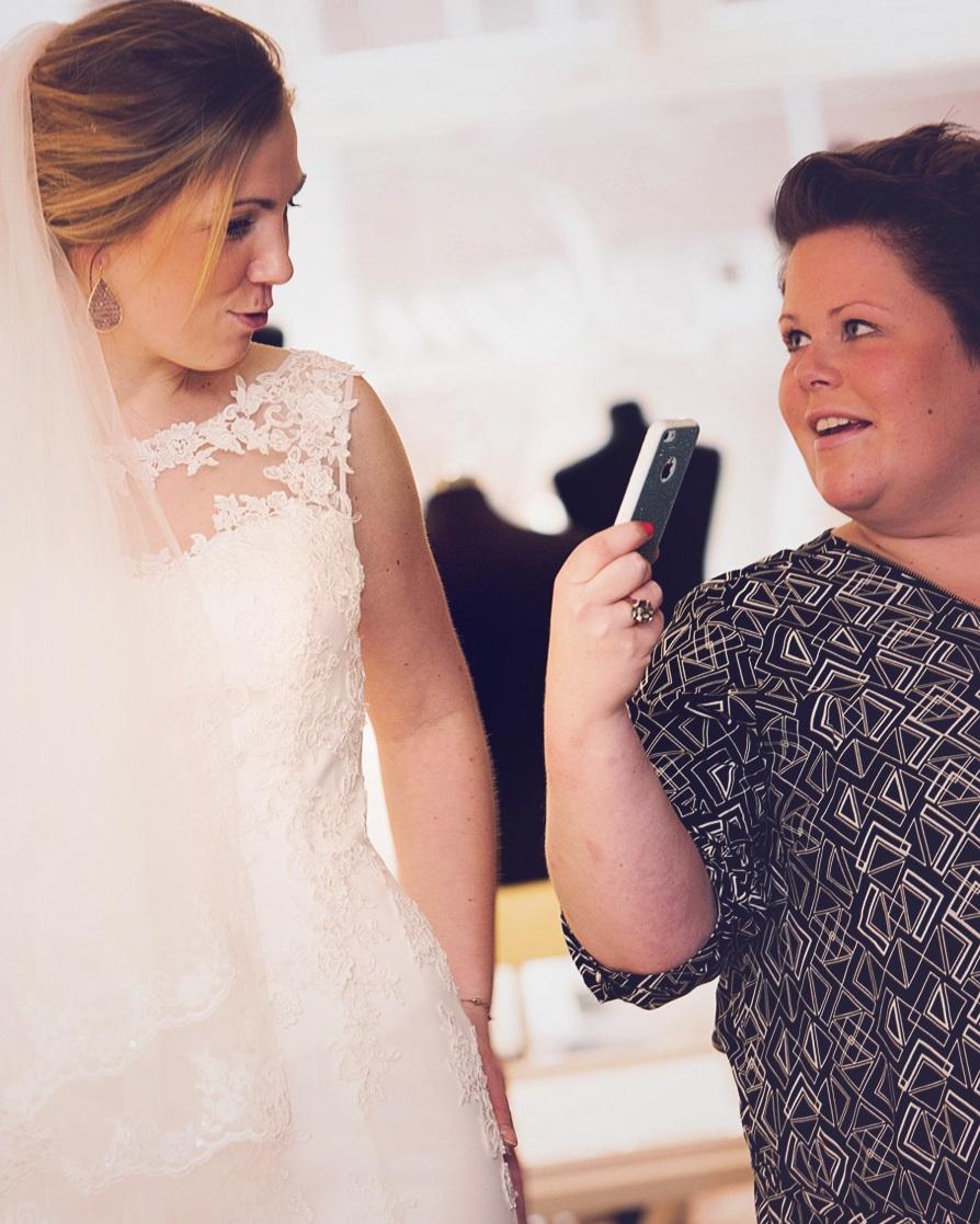 foto's maken bij kopen trouwjurk
